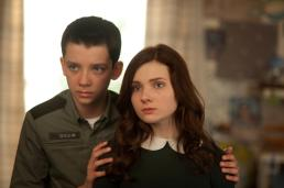 still-of-abigail-breslin-and-asa-butterfield-in-enders-game-(2013)-large-picture